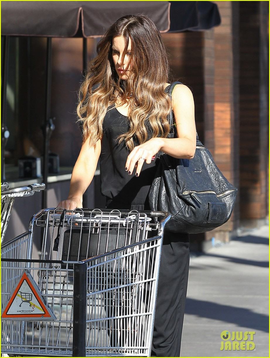 kate beckinsale super stylish whole foods run 143023333