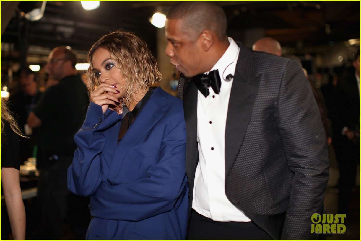 beyonce covers up backstage at grammys 2014 with jay z 02
