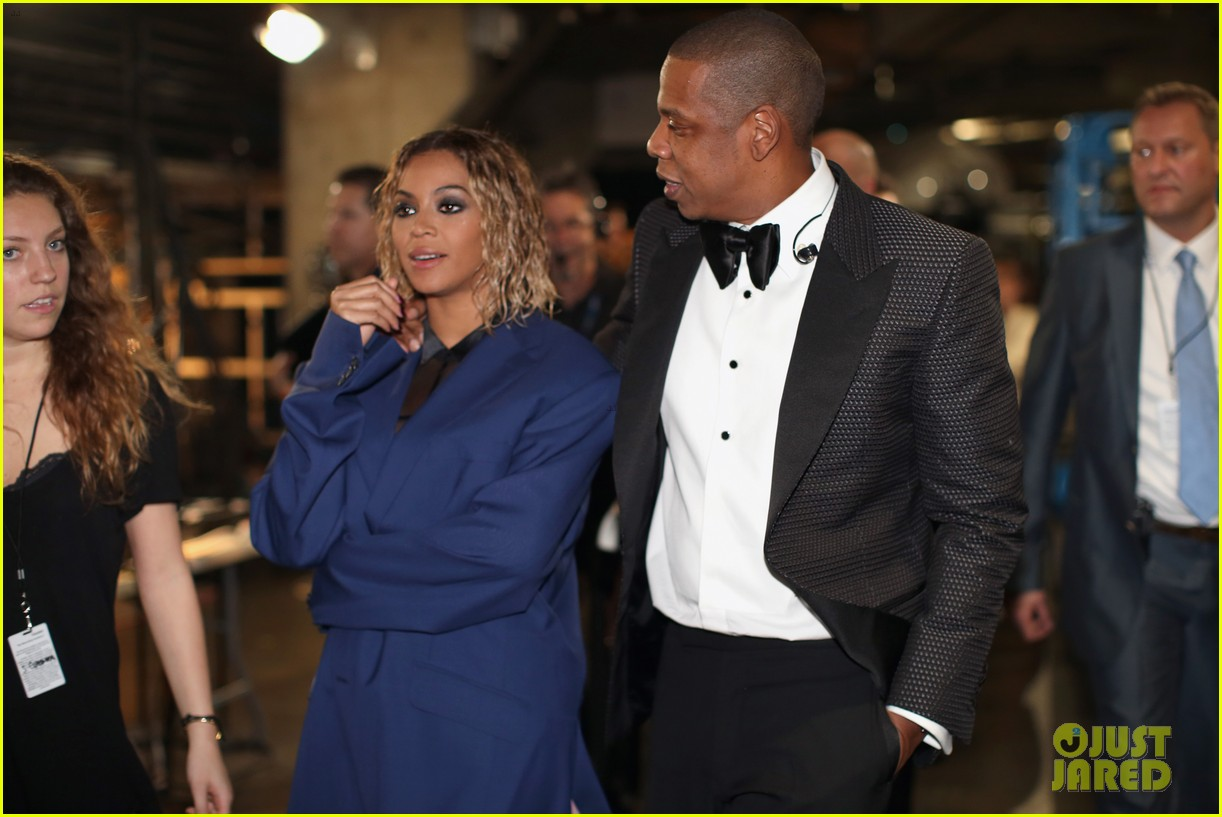 beyonce covers up backstage at grammys 2014 with jay z 043041262