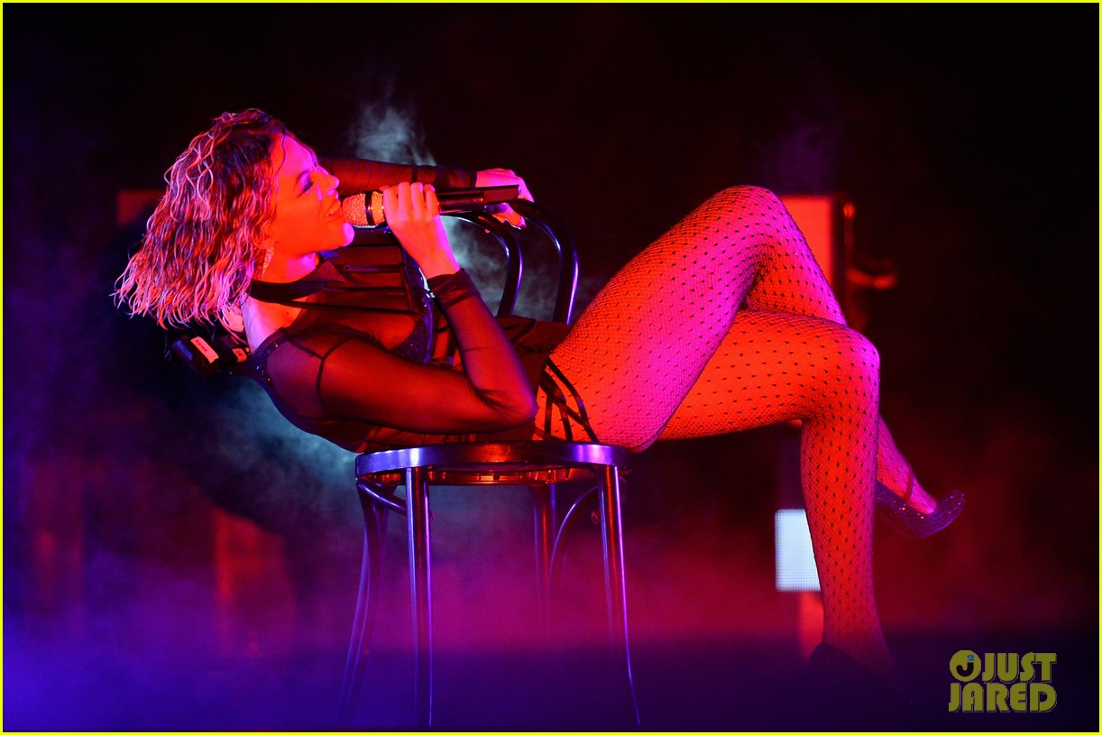 beyonce jay z drunk in love at grammys 2014 watch now 093041191