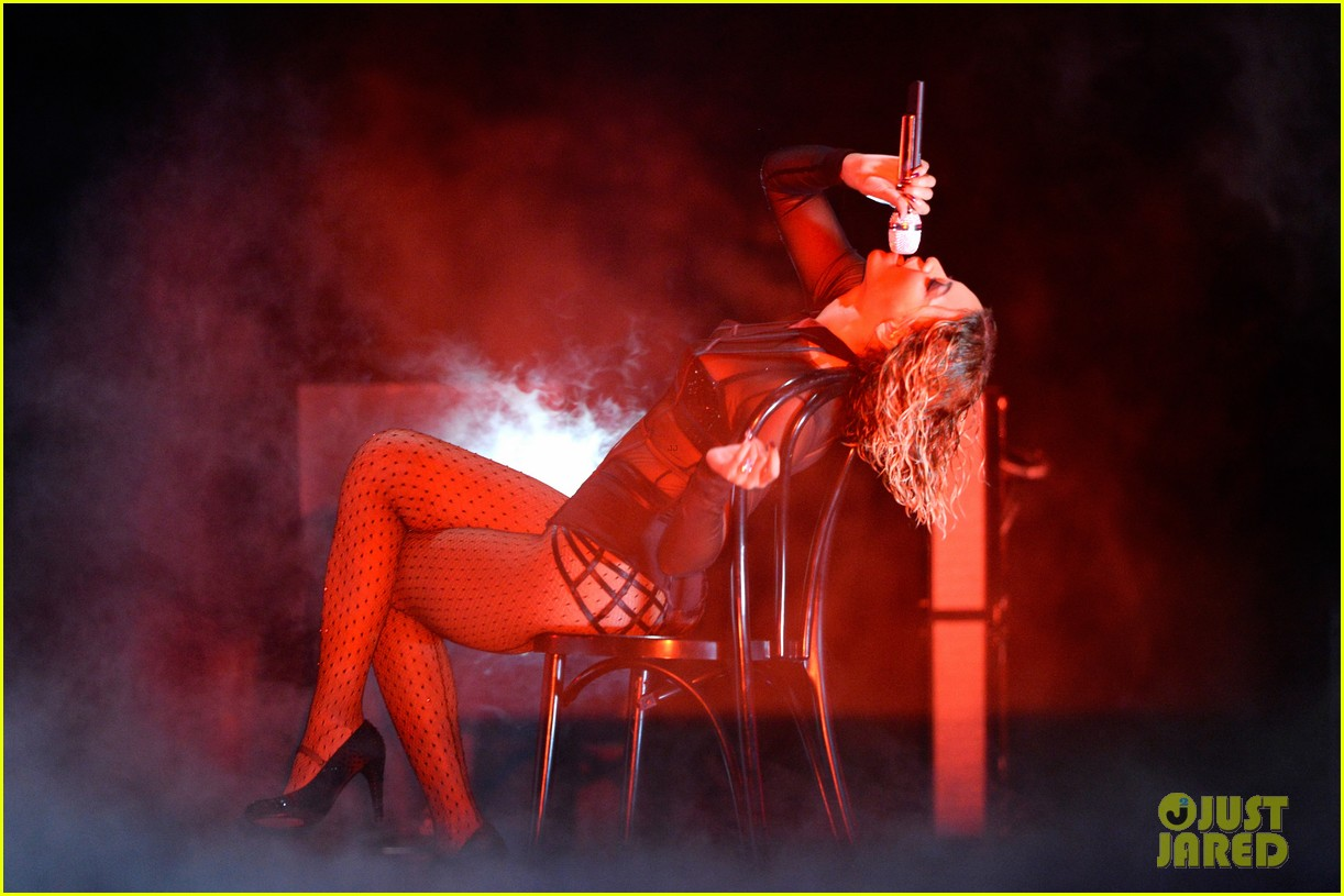 beyonce jay z drunk in love at grammys 2014 watch now 103041192
