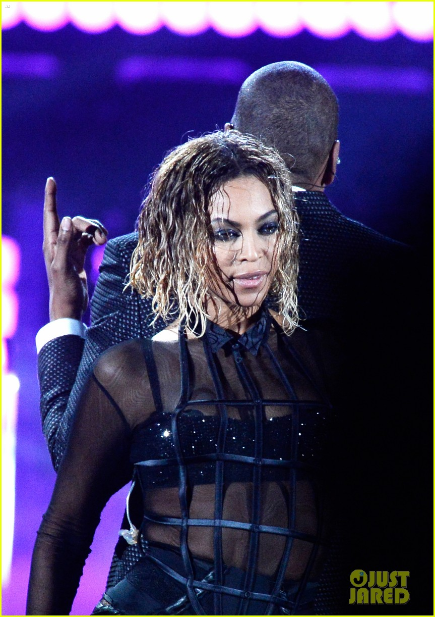 beyonce jay z drunk in love at grammys 2014 watch now 233041205