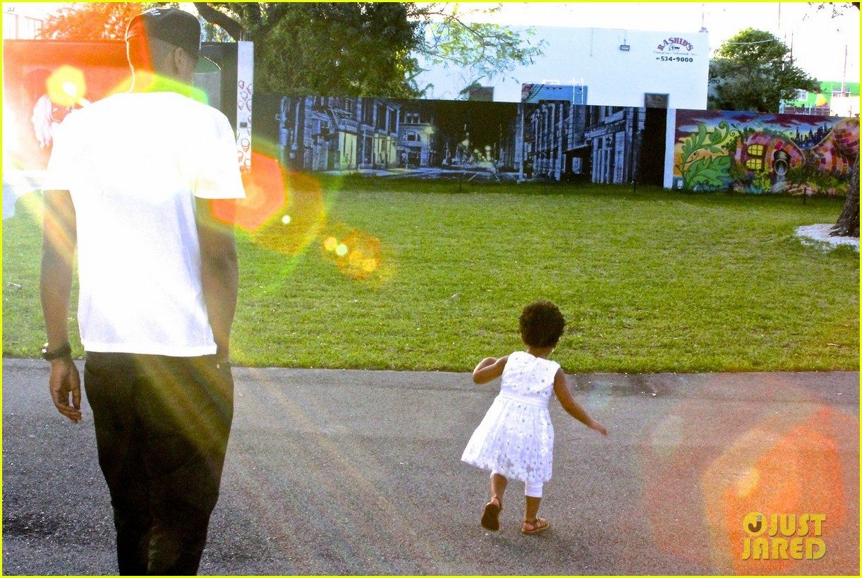 beyonce jay z visit a park with blue ivy new photos 033032209