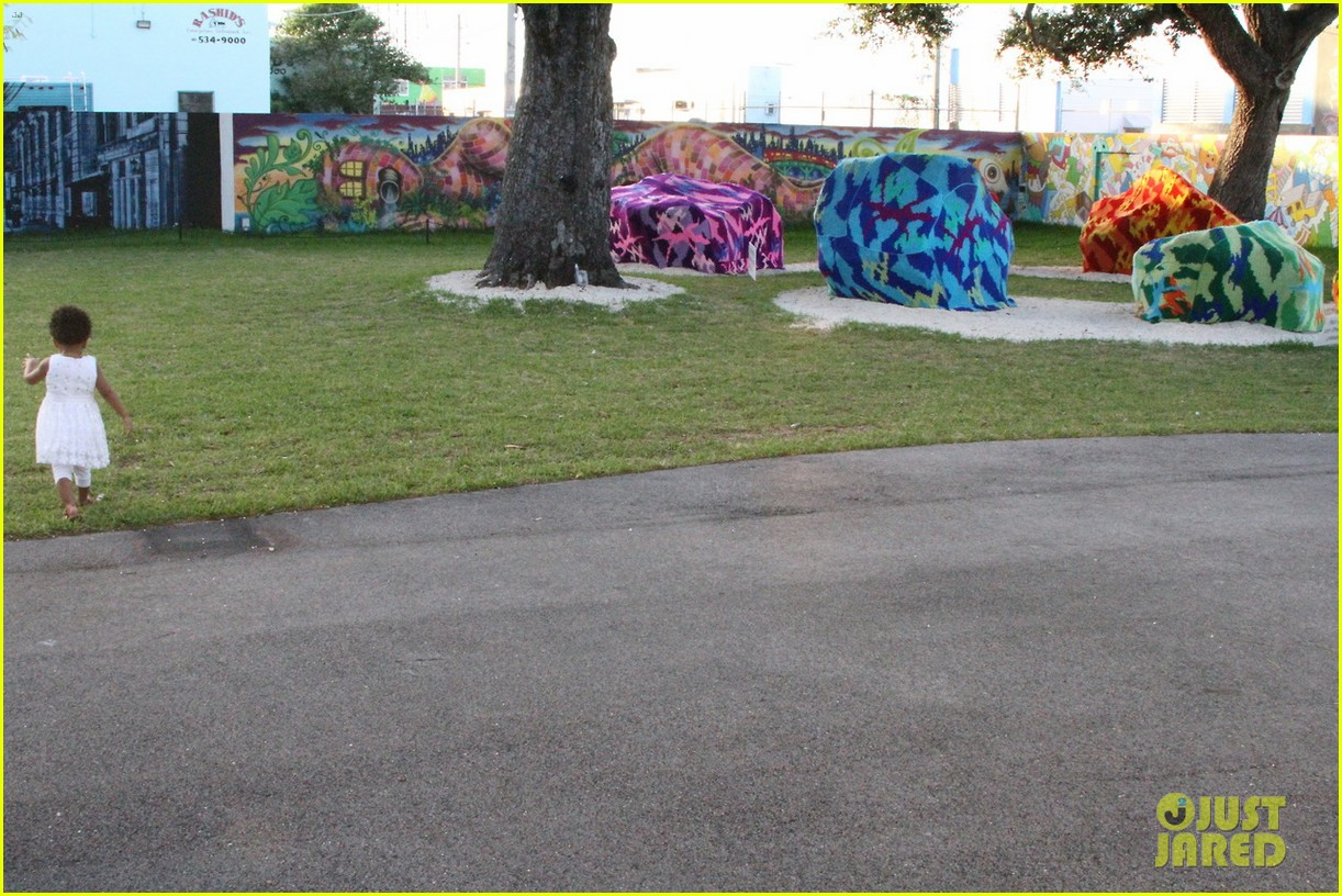 beyonce jay z visit a park with blue ivy new photos 06