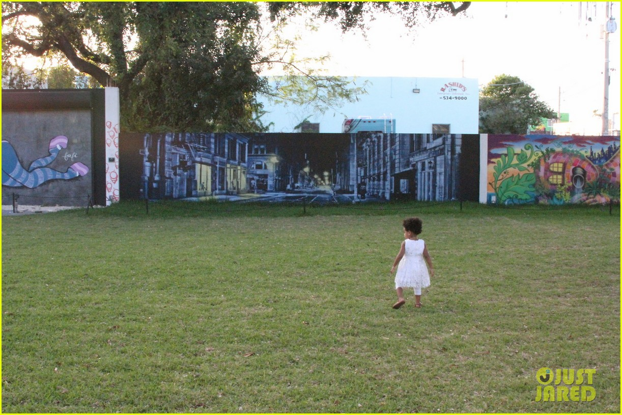 beyonce jay z visit a park with blue ivy new photos 083032214