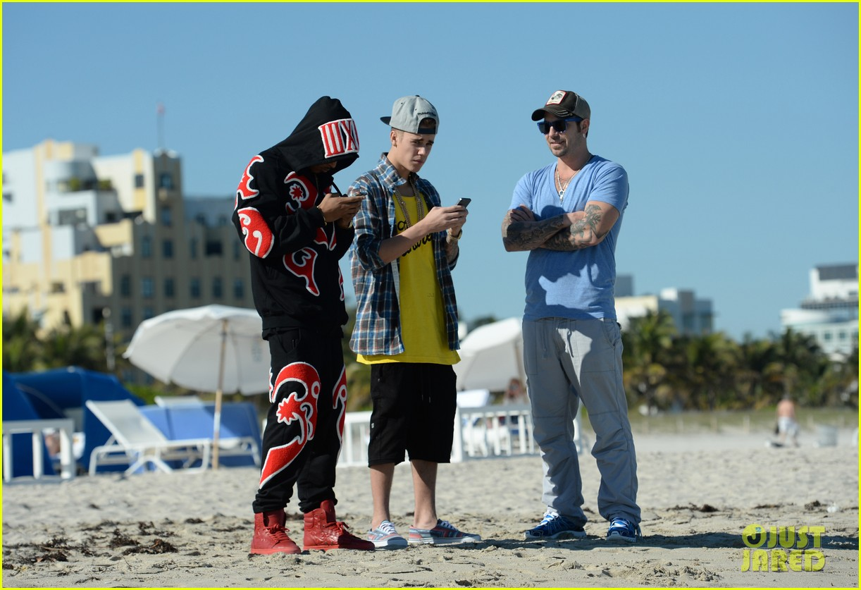 justin bieber emerges in miami after police raid controversy photos 033037883