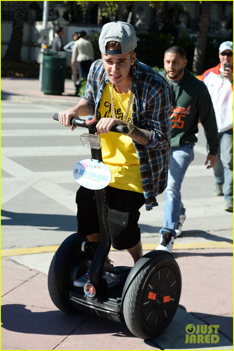 justin bieber emerges in miami after police raid controversy photos 063037886