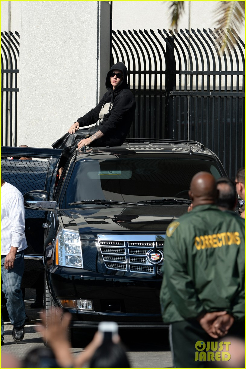 justin bieber leaves jail waves to fans after arrest 013038544