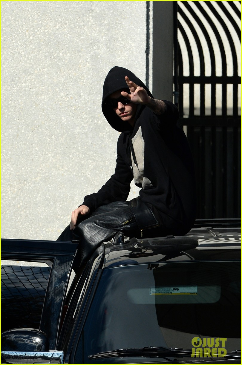 justin bieber leaves jail waves to fans after arrest 023038545