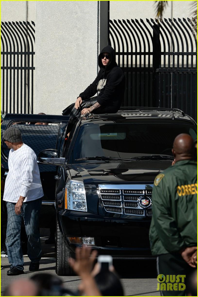 justin bieber leaves jail waves to fans after arrest 043038547