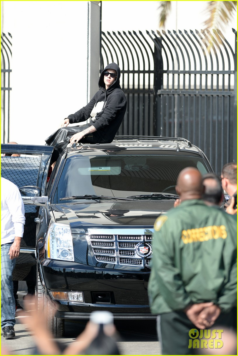 justin bieber leaves jail waves to fans after arrest 053038548