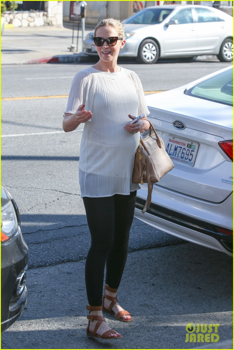 pregnant emily blunt grabs lunch at alcove restaurant 01