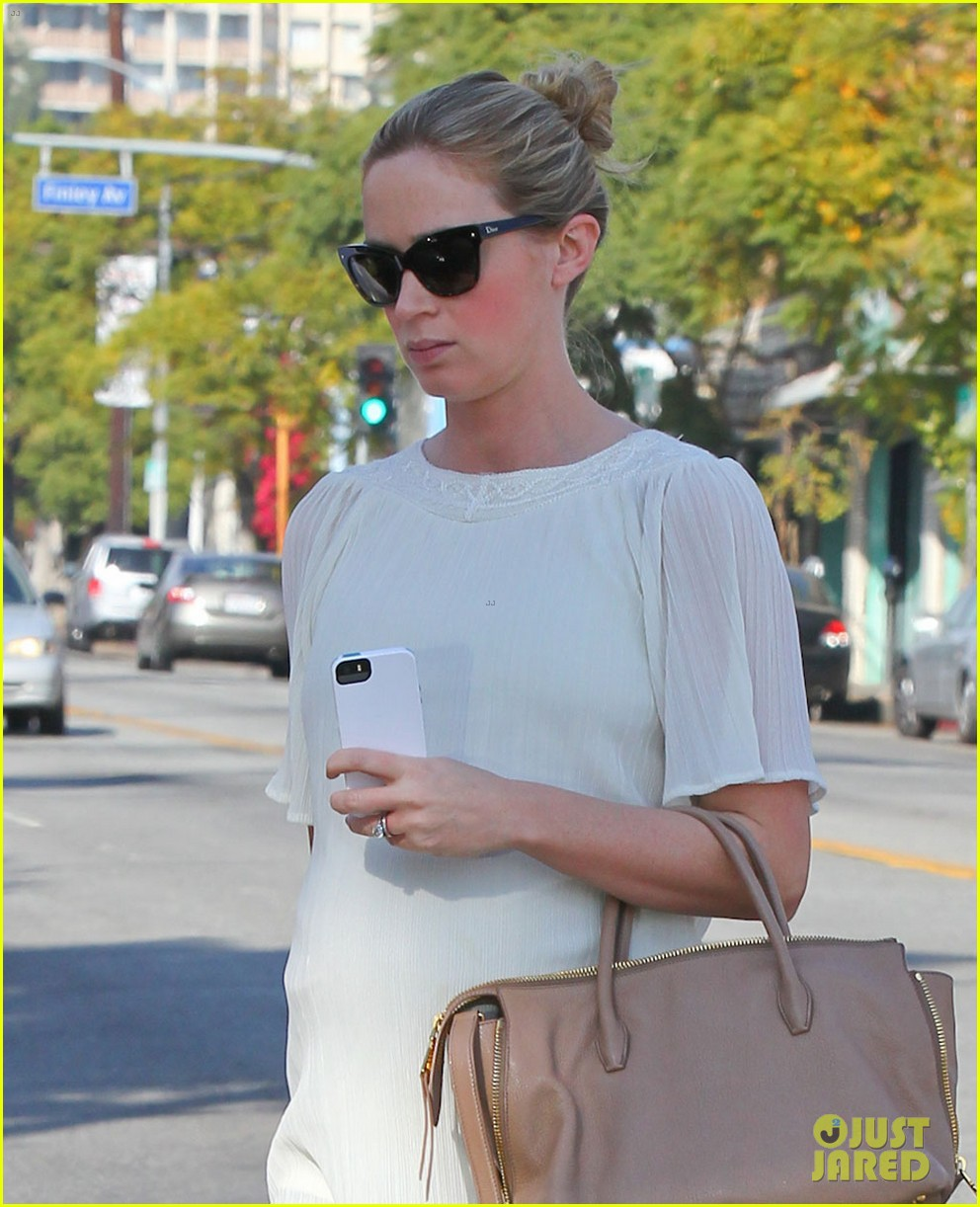 pregnant emily blunt grabs lunch at alcove restaurant 023038858