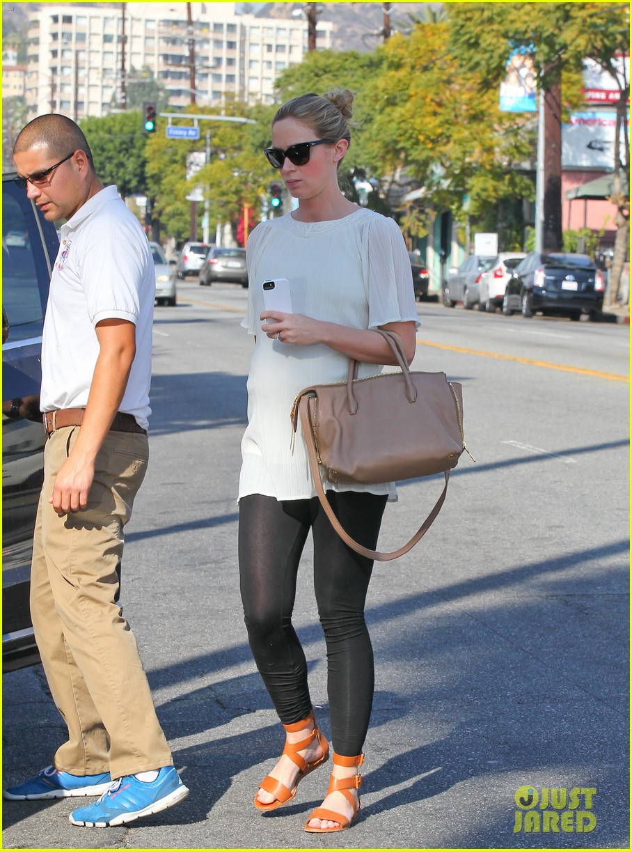 pregnant emily blunt grabs lunch at alcove restaurant 043038860
