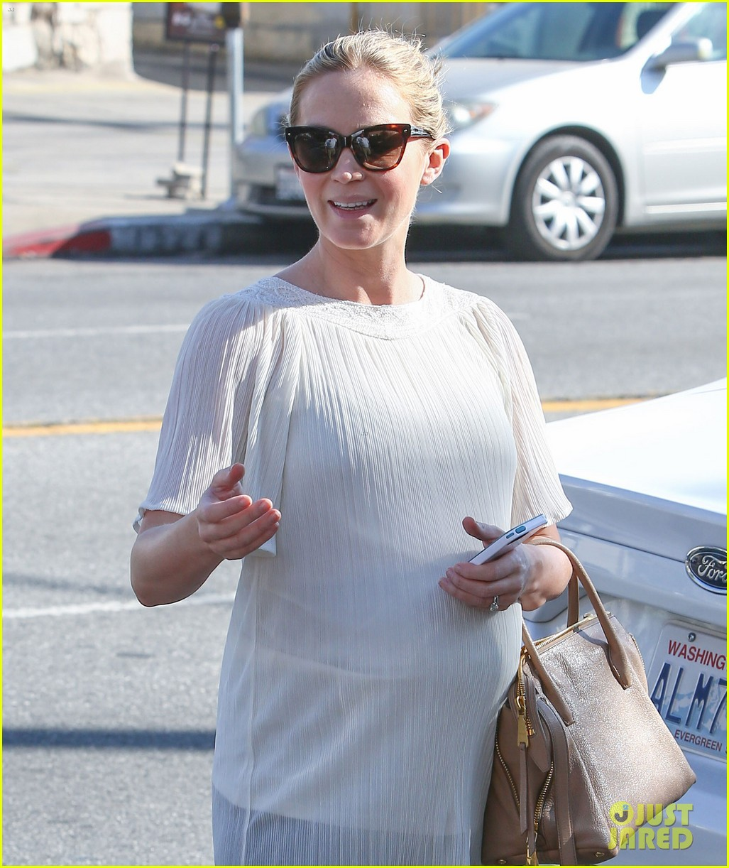 pregnant emily blunt grabs lunch at alcove restaurant 053038861