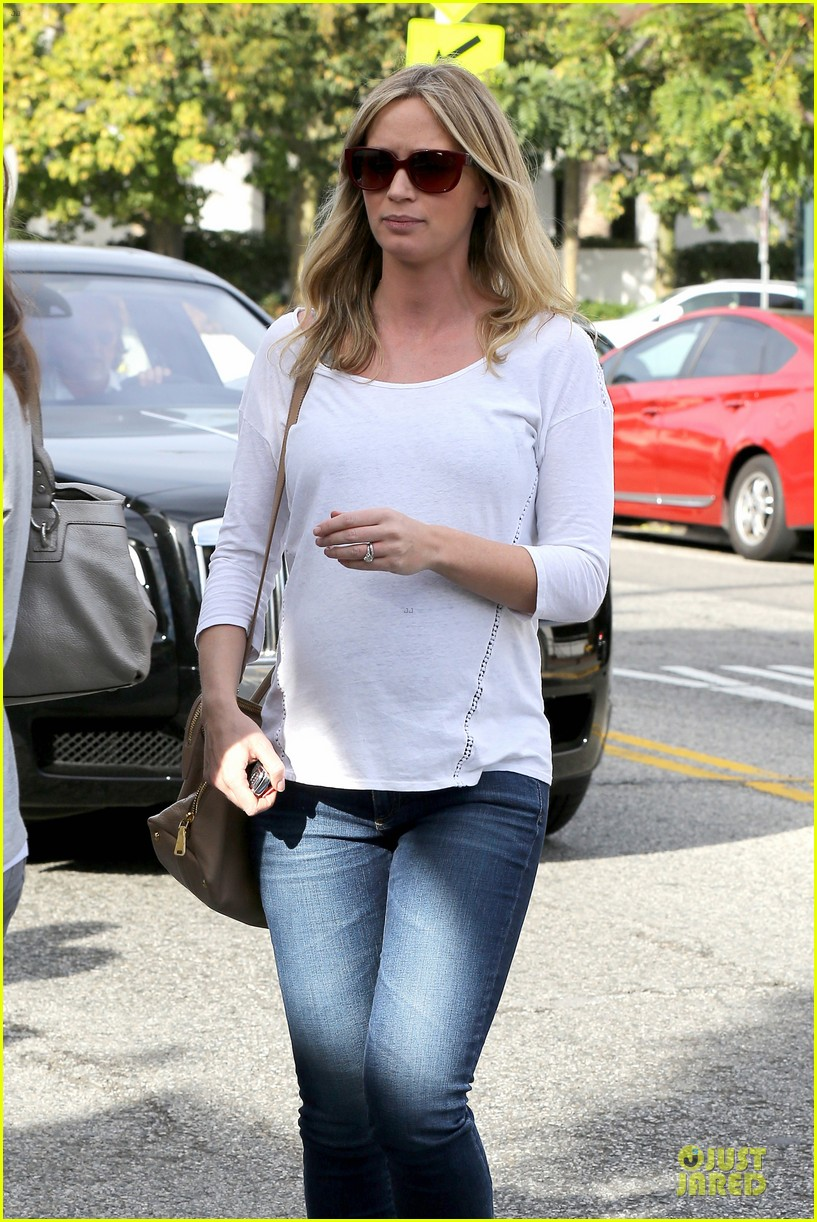 emily blunt baby shopping spree at bel bambini 023024038