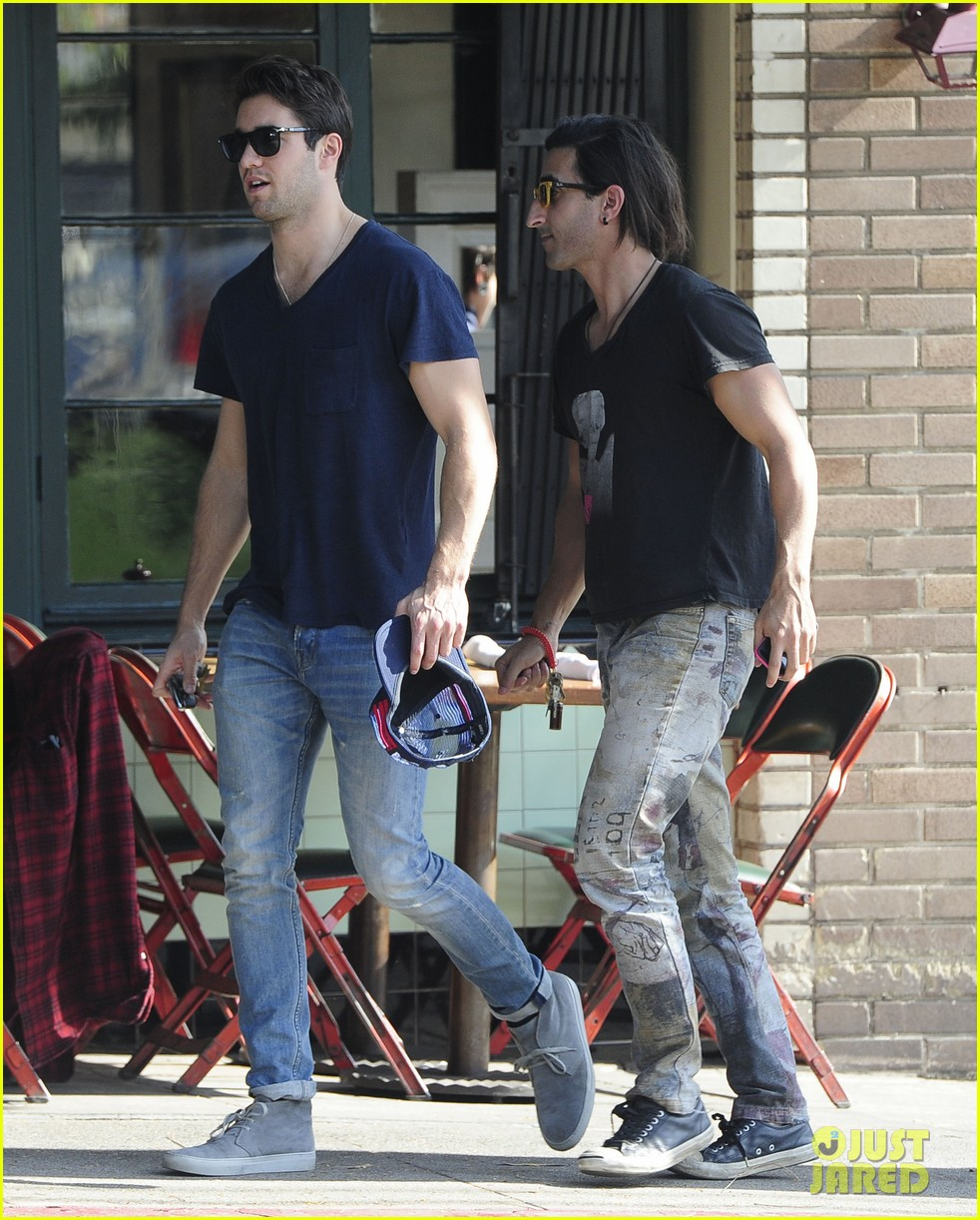 joshua bowman hangs with a pal for little doms lunch 033039396