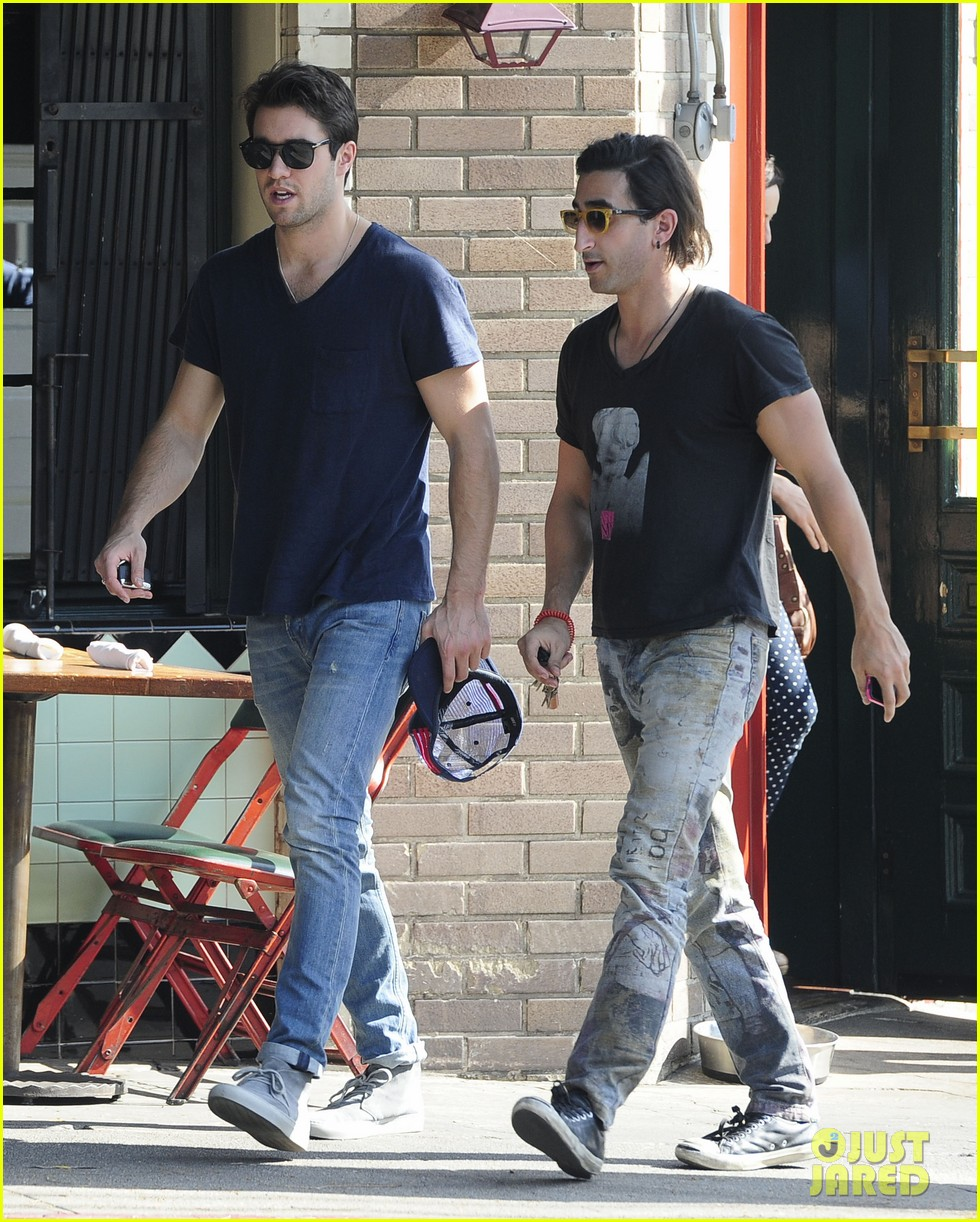 joshua bowman hangs with a pal for little doms lunch 113039404