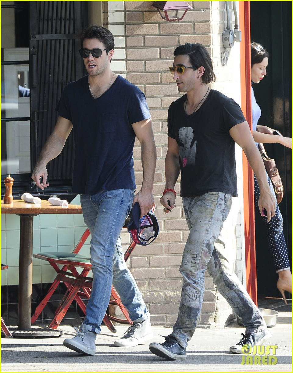 joshua bowman hangs with a pal for little doms lunch 123039405