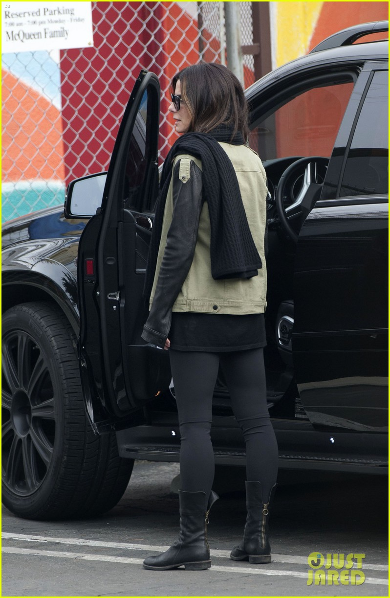 sandra bullock drops off louis after the pcas 013027018