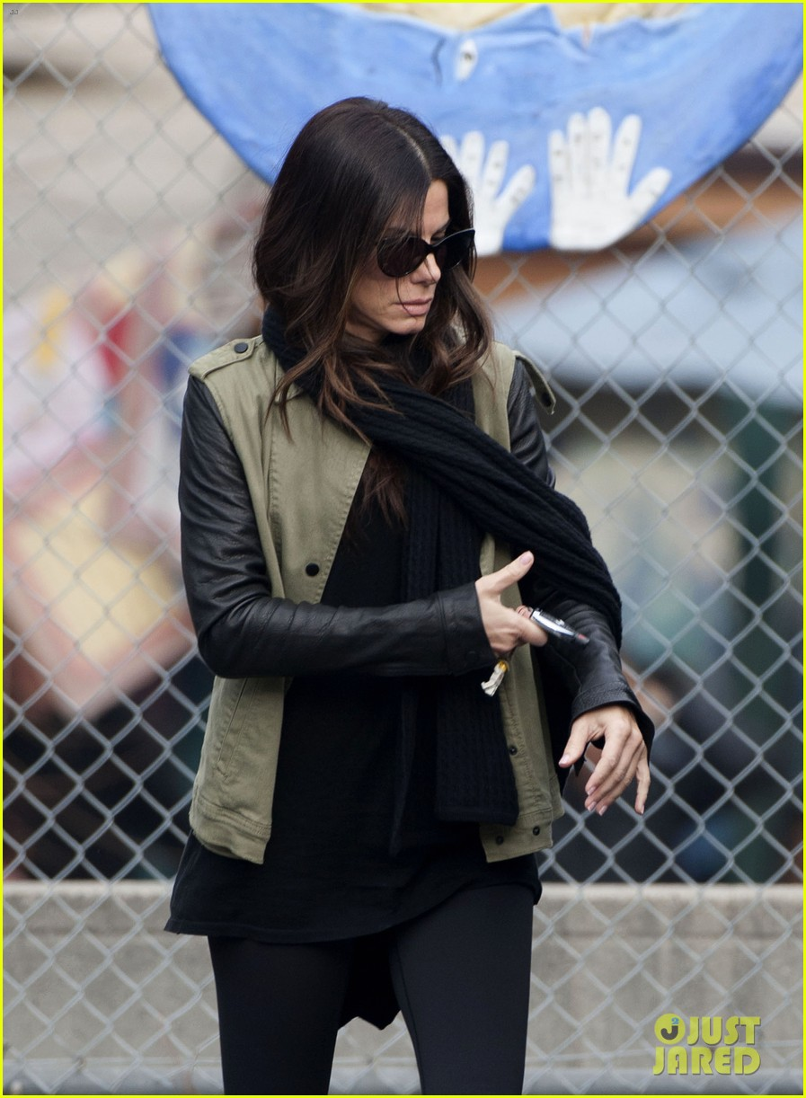 sandra bullock drops off louis after the pcas 023027019