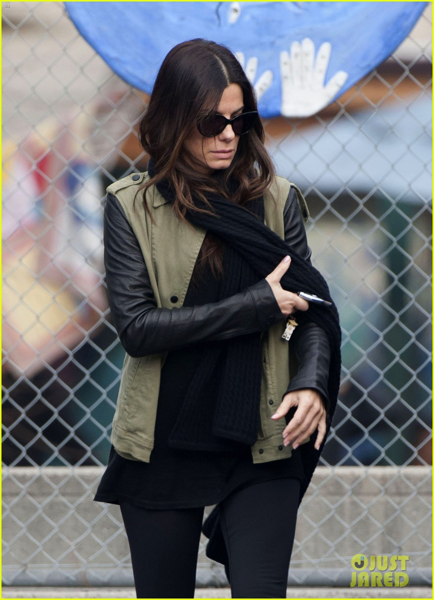sandra bullock drops off louis after the pcas 03