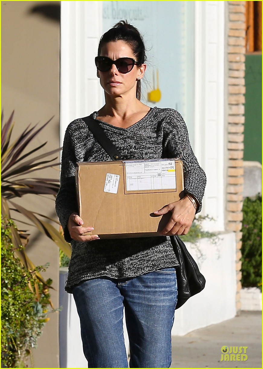 sandra bullock shopping with mystery man after golden globes 023031614
