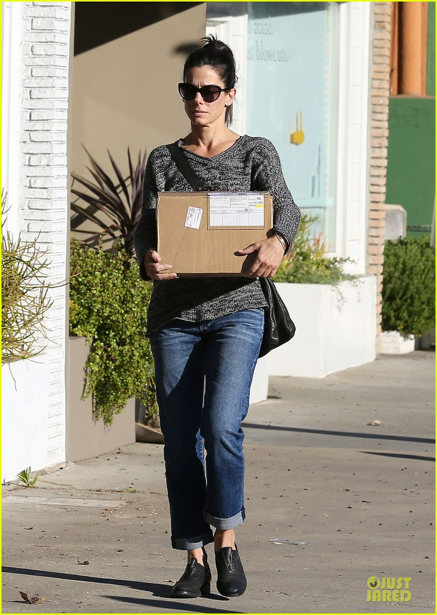 sandra bullock shopping with mystery man after golden globes 20