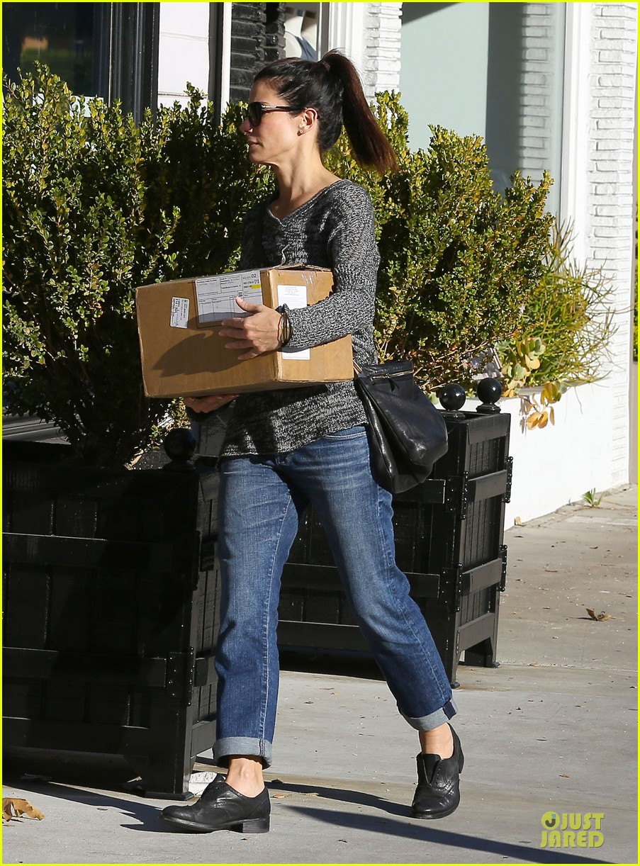 sandra bullock shopping with mystery man after golden globes 23
