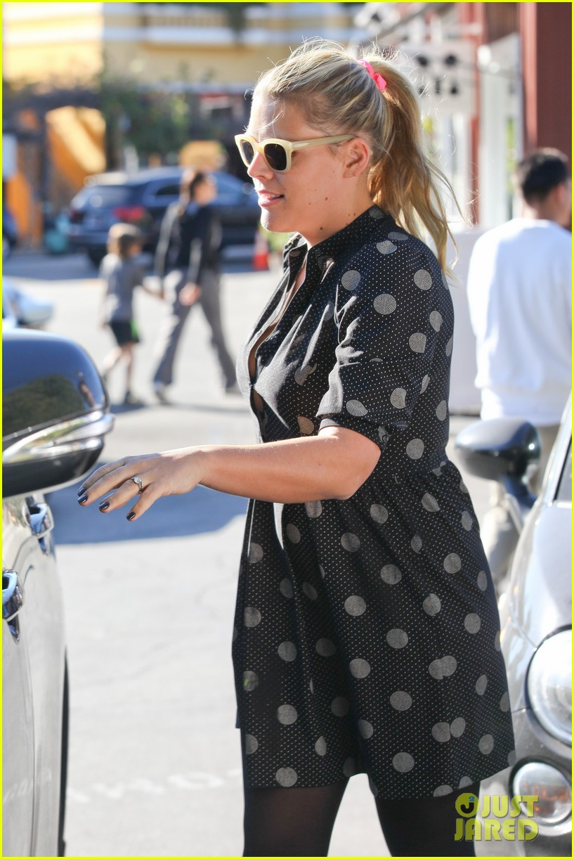 busy philipps hangs with cougar town co star christa miller 093032552