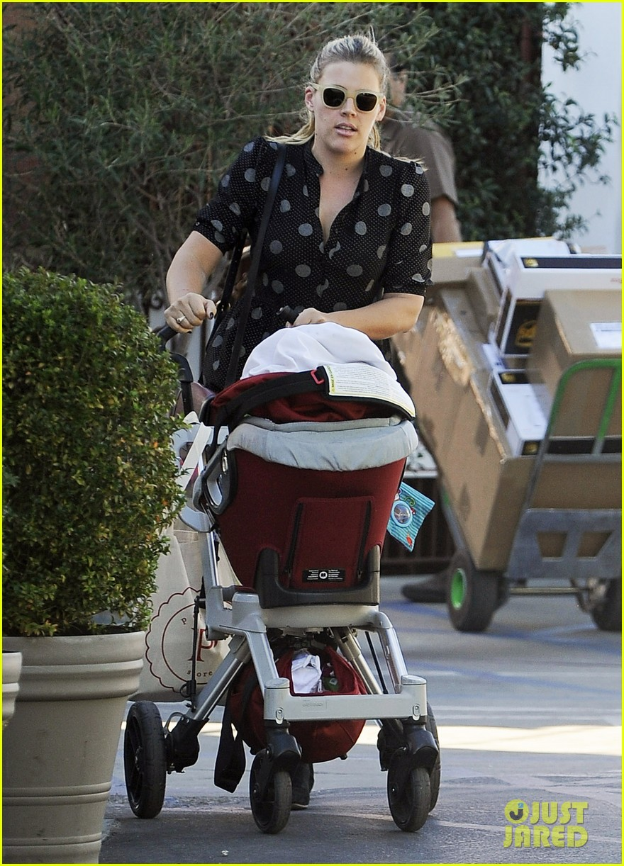busy philipps hangs with cougar town co star christa miller 183032561