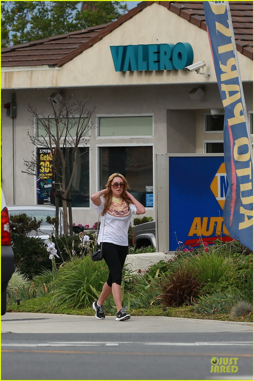 amanda bynes stops at gas station for rolling paper 033042936
