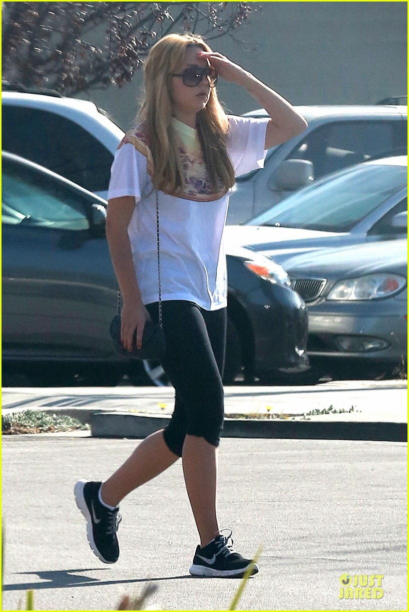 amanda bynes stops at gas station for rolling paper 053042938