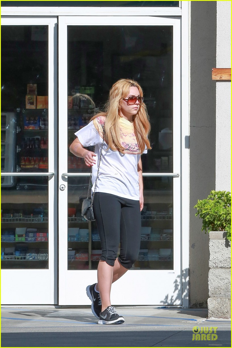 amanda bynes stops at gas station for rolling paper 123042945