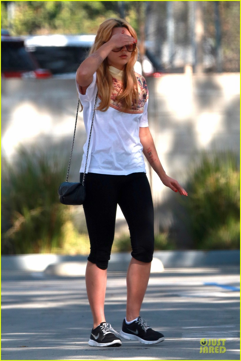 amanda bynes stops at gas station for rolling paper 133042946