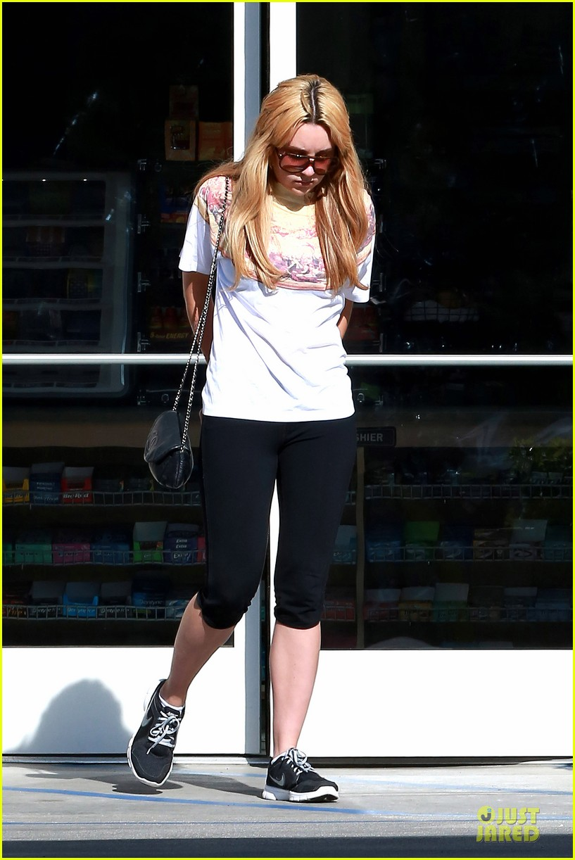 amanda bynes stops at gas station for rolling paper 173042950