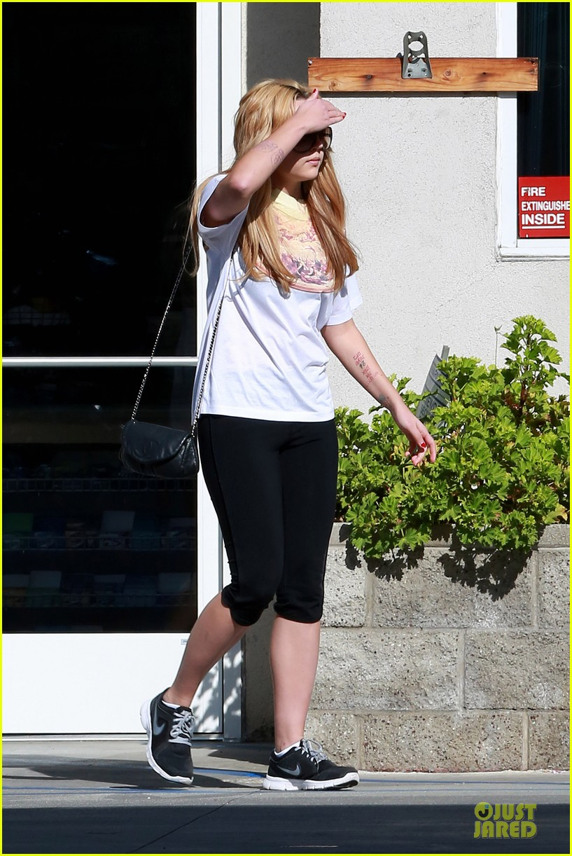 amanda bynes stops at gas station for rolling paper 20