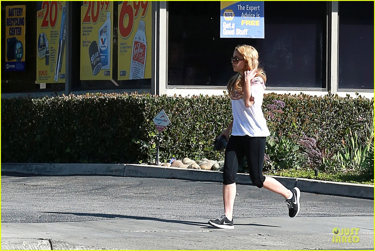 amanda bynes stops at gas station for rolling paper 223042955