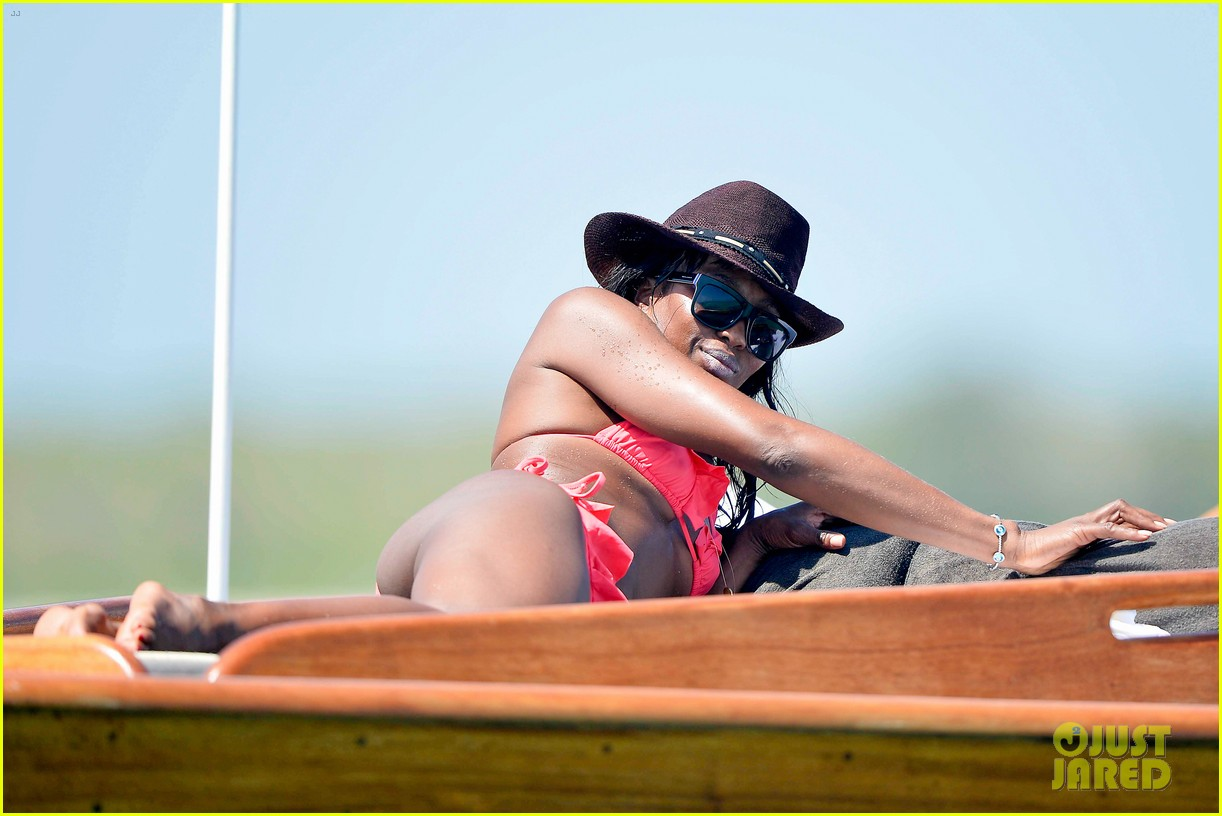 naomi campbell new years eve on the beach in kenya 02