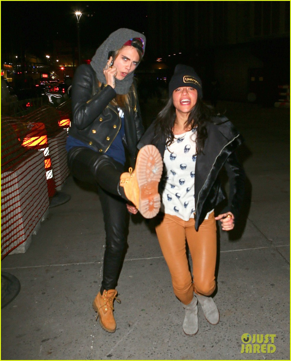 cara delevingne michelle rodriguez go in for kiss at knicks game 01