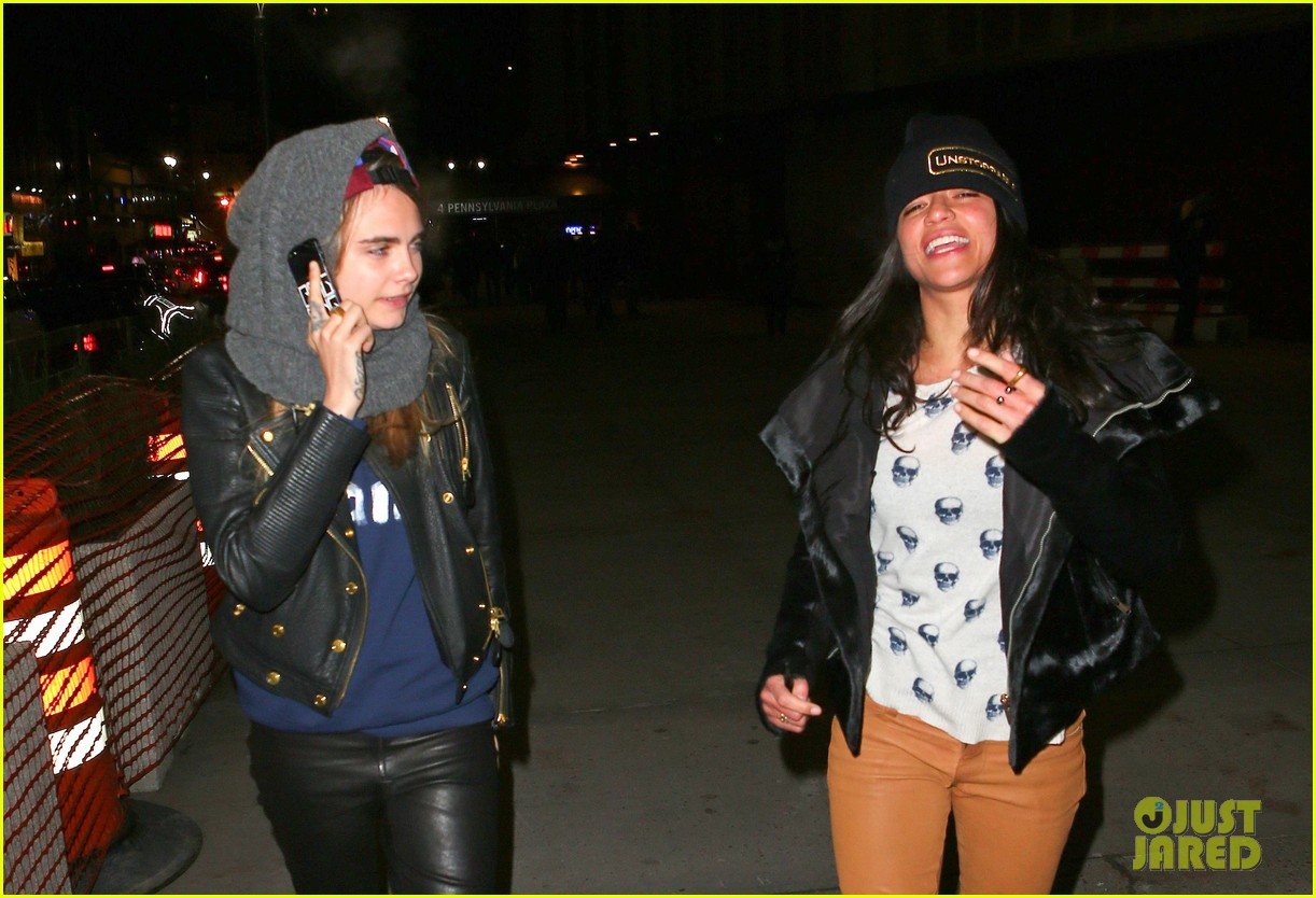 cara delevingne michelle rodriguez go in for kiss at knicks game 083025264