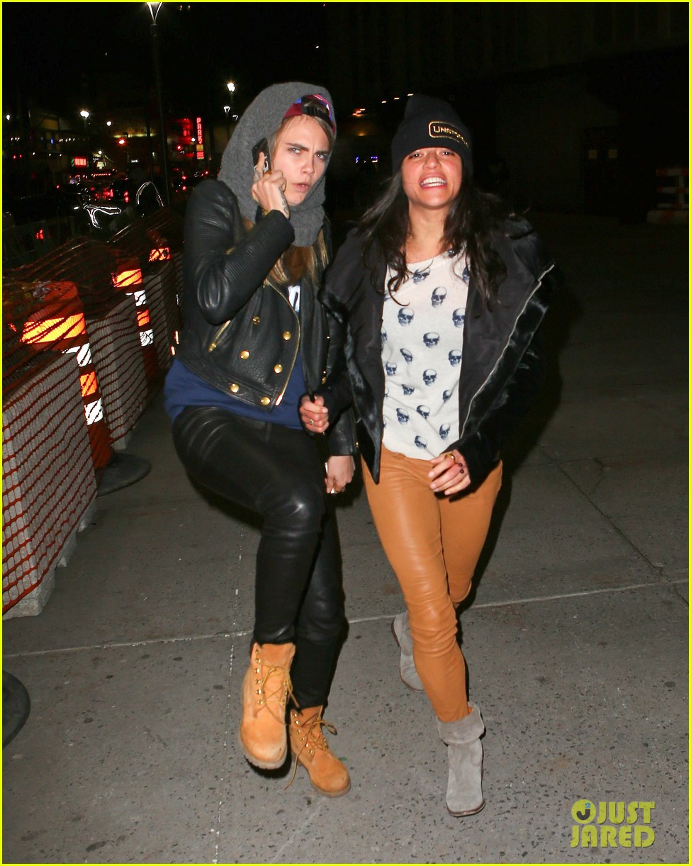 cara delevingne michelle rodriguez go in for kiss at knicks game 093025265