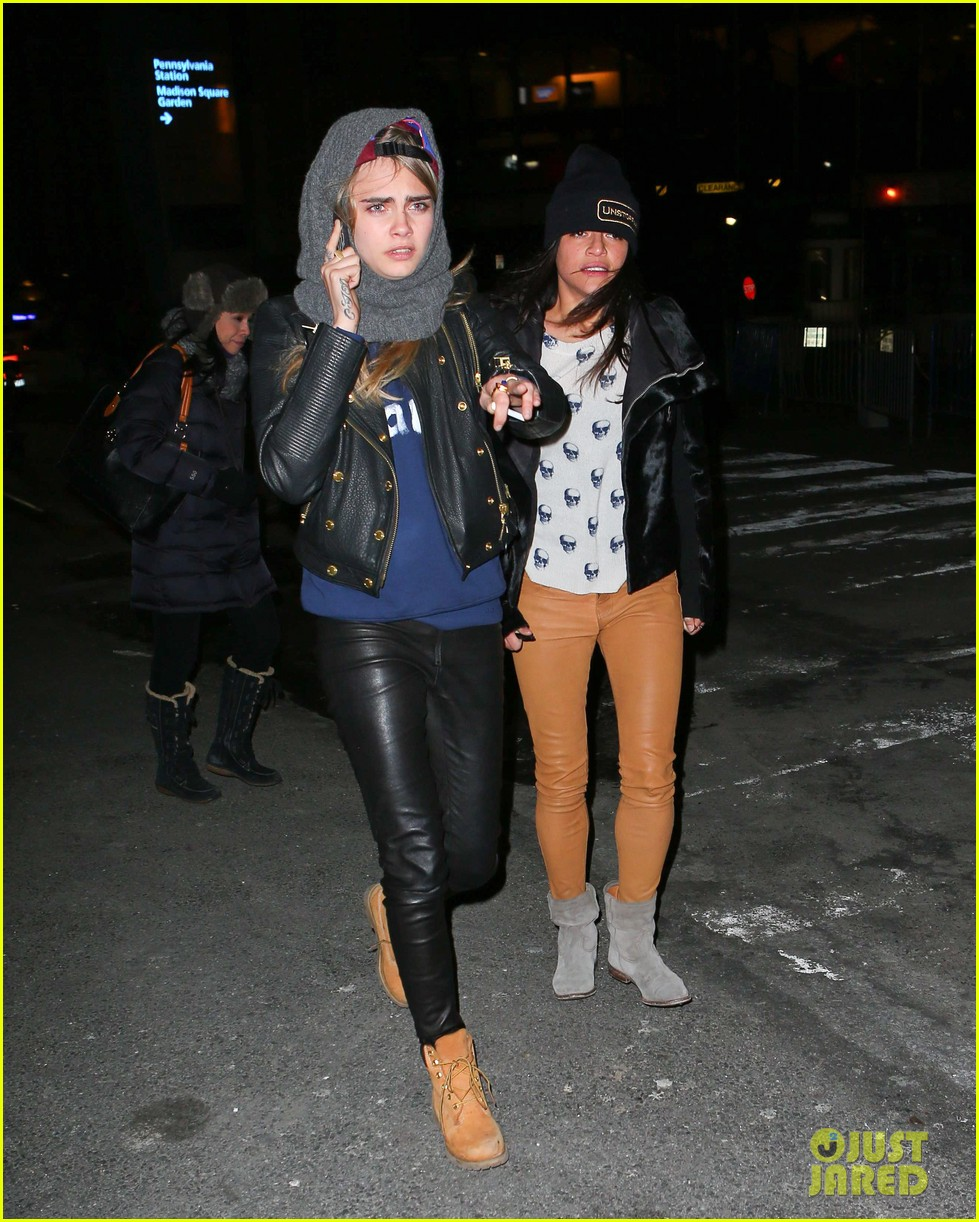 cara delevingne michelle rodriguez go in for kiss at knicks game 173025273