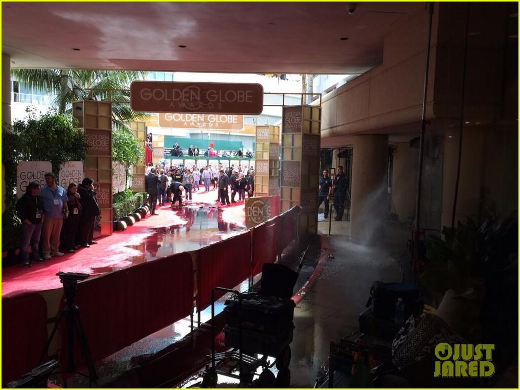 golden globes red carpet flooded sprinkler 043028956