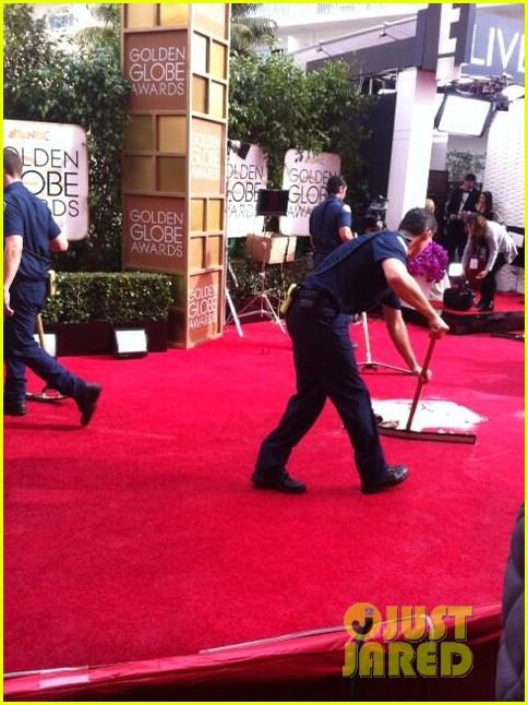 golden globes red carpet flooded sprinkler 053028957