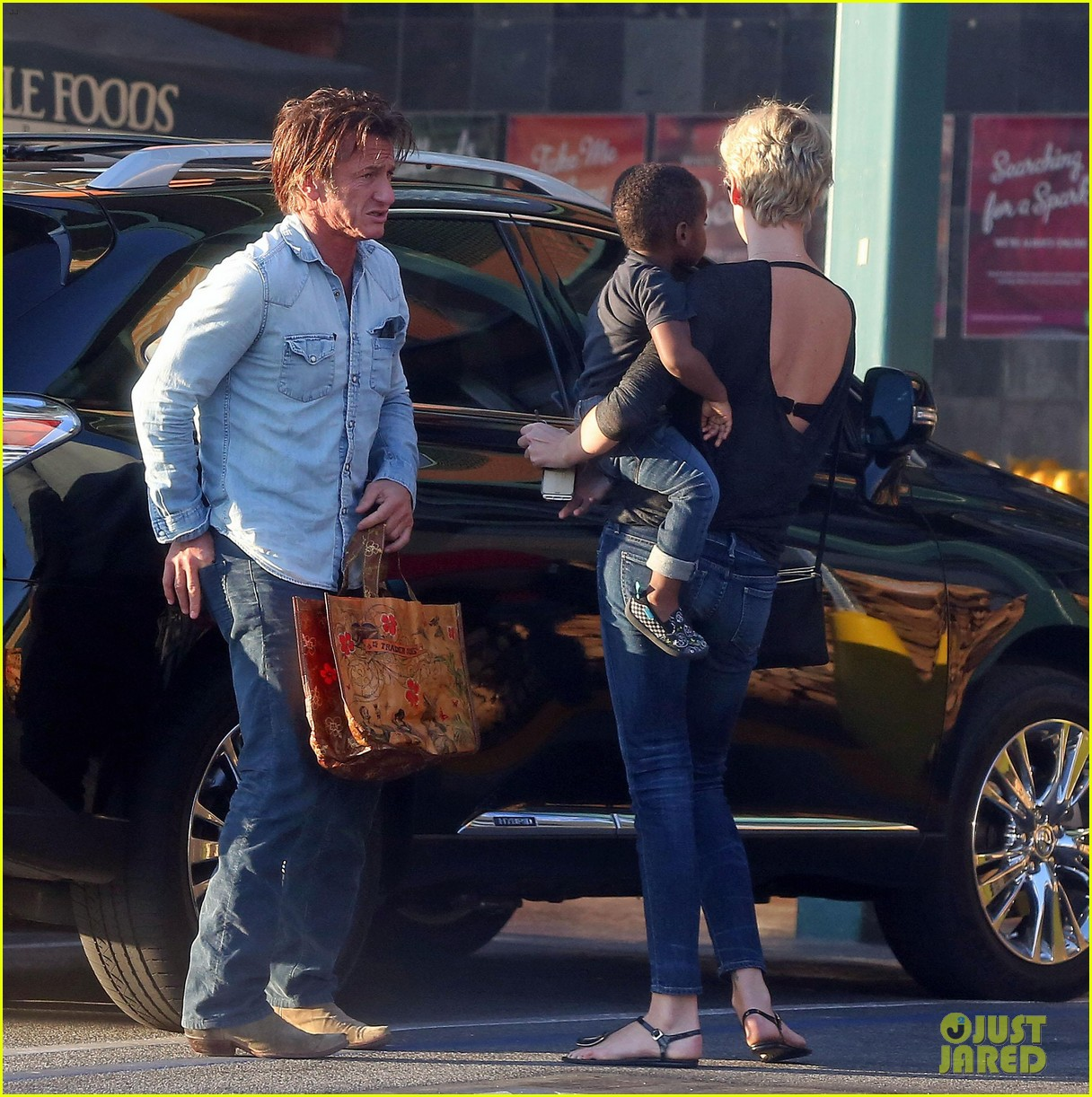 sean penn makes funny faces for charlize therons son 033038596