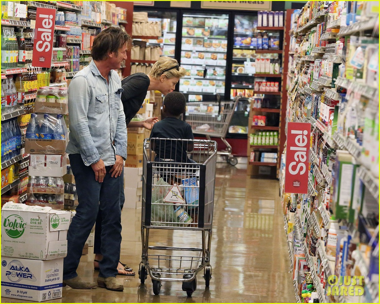 sean penn makes funny faces for charlize therons son 043038597