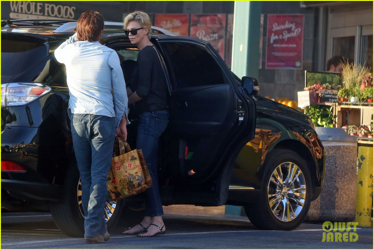 sean penn makes funny faces for charlize therons son 053038598