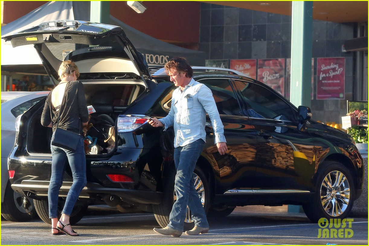 sean penn makes funny faces for charlize therons son 073038600
