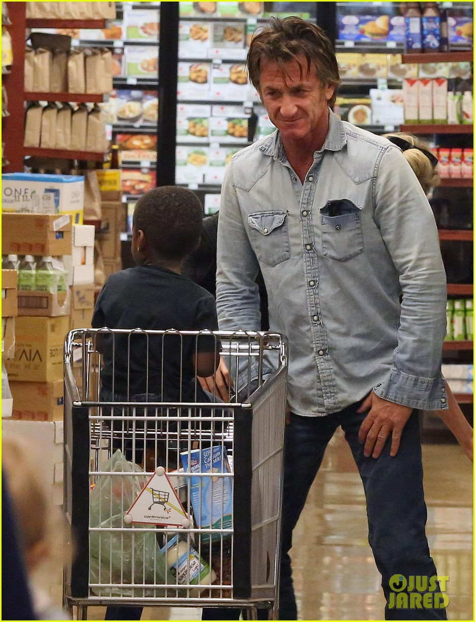 sean penn makes funny faces for charlize therons son 243038617